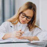 Las preposiciones en inglés, lugar y tiempo - Academia de Inglés Online para niños